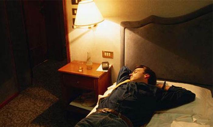开灯睡觉或致肥胖、失眠、抑郁症!不愿意离开被窝去关灯怎么办?